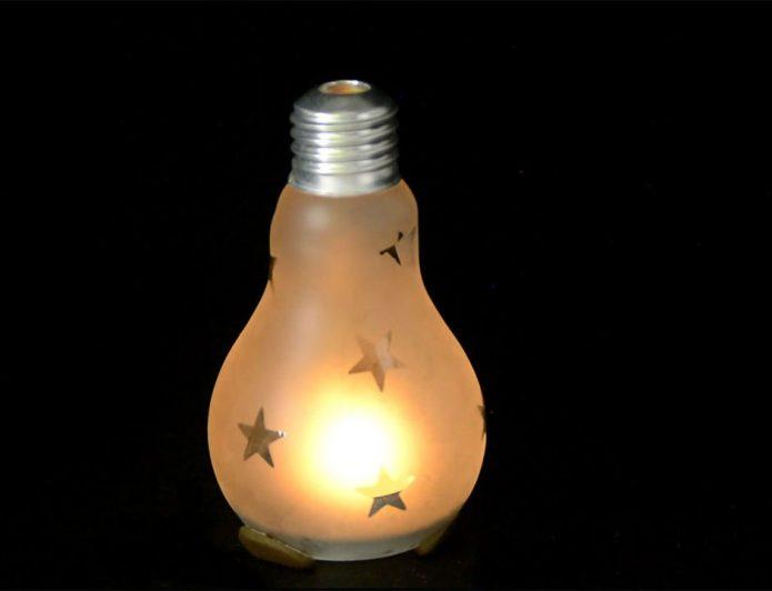 Свеча в старой лампочке