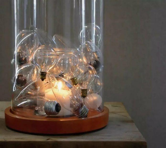 Декор подсвечника из старых лампочек