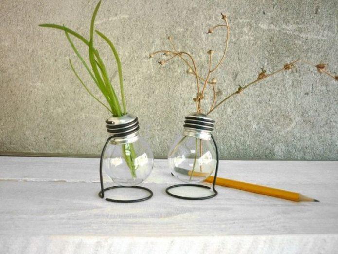 Настольные вазочки из лампочек на подставках