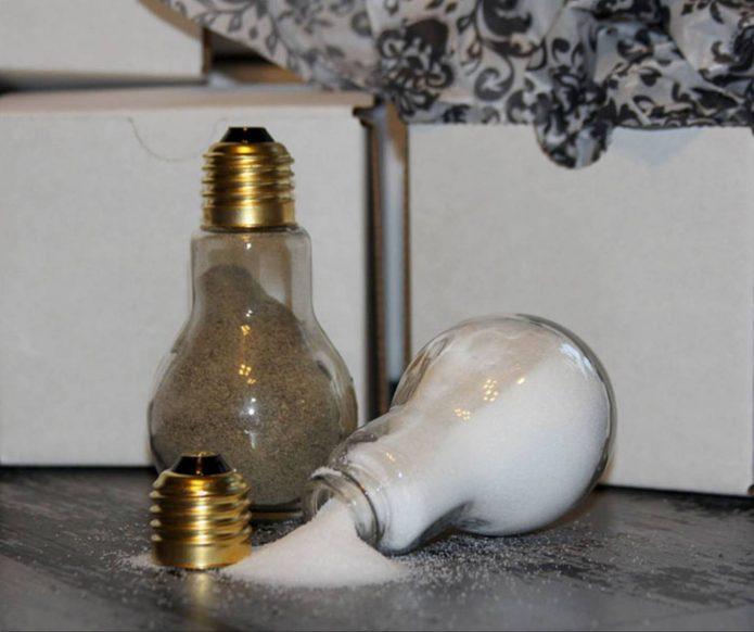 Контейнеры для специй из лампочек