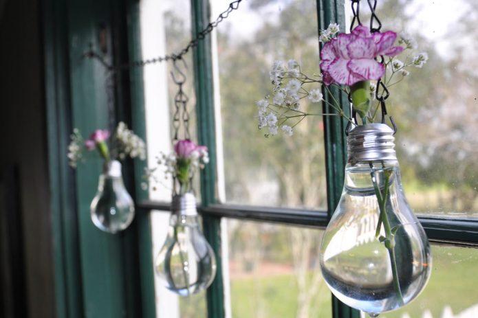 Декор окна подвесными вазочками