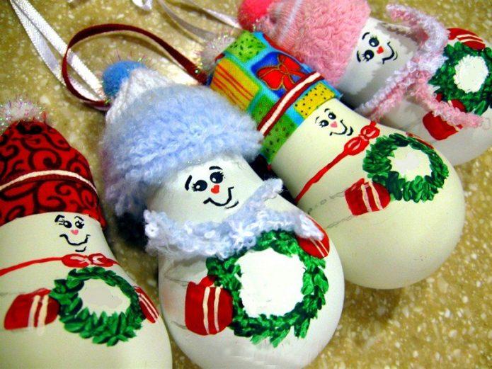 Игрушечные снеговики из лампочек