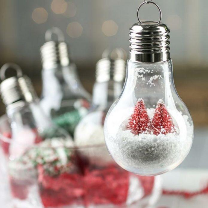 Новогодний декор в старой лампочке