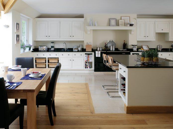 Комбинированный пол из плитки и ламината светлых тонов на кухне