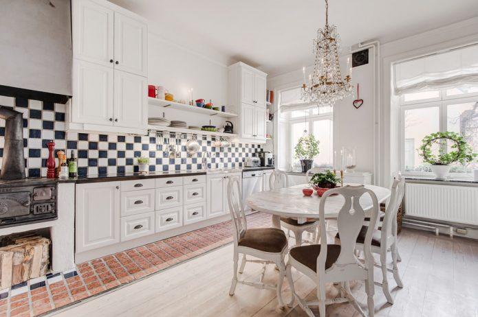 Комбинирование светлого ламината и плитки кирпичного цвета на кухне