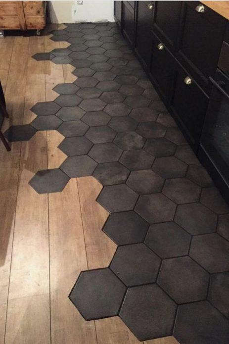 Комбинированный пол из темной плитки и древесного ламината на кухне