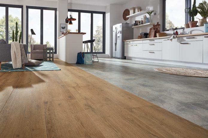 Идея комбинирования плитки серого цвета и древесного ламината на кухне
