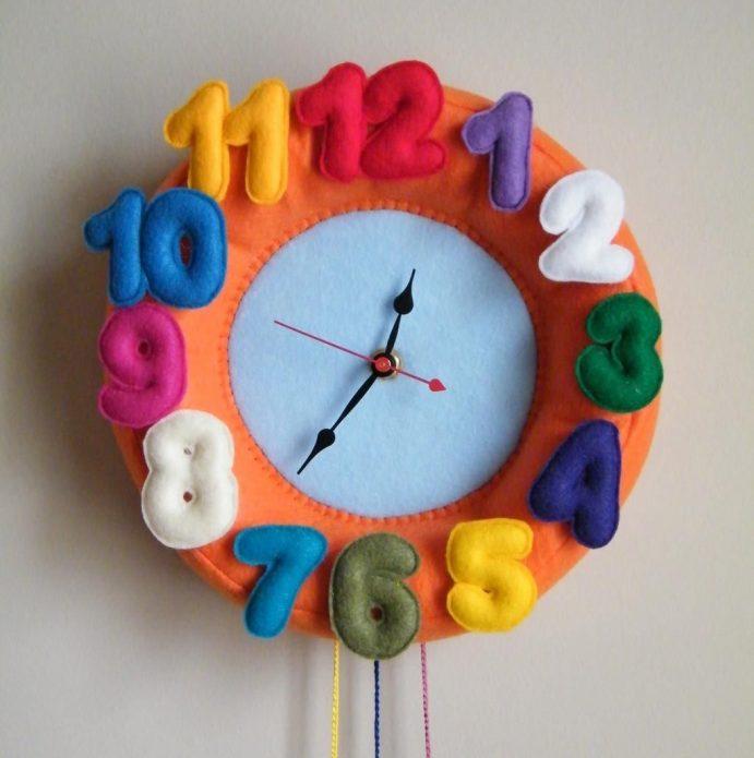 Детские часы с декором из цветного фетра