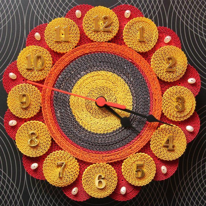 Часы, сделанные в технике квиллинга