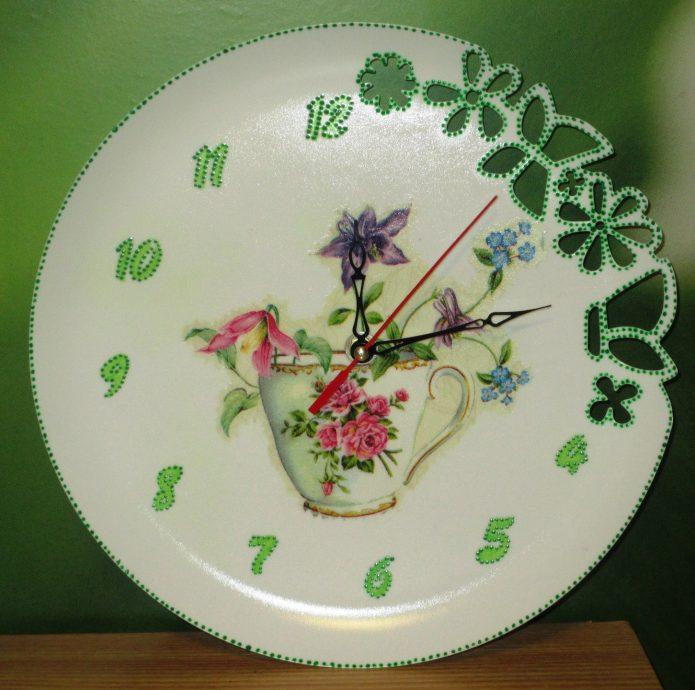 Часы из пластиковой тарелки