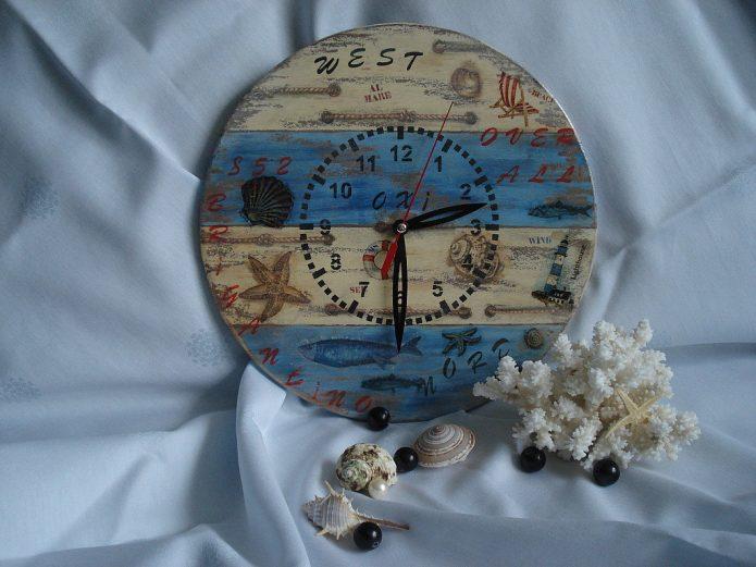 Часы на деревянной основе