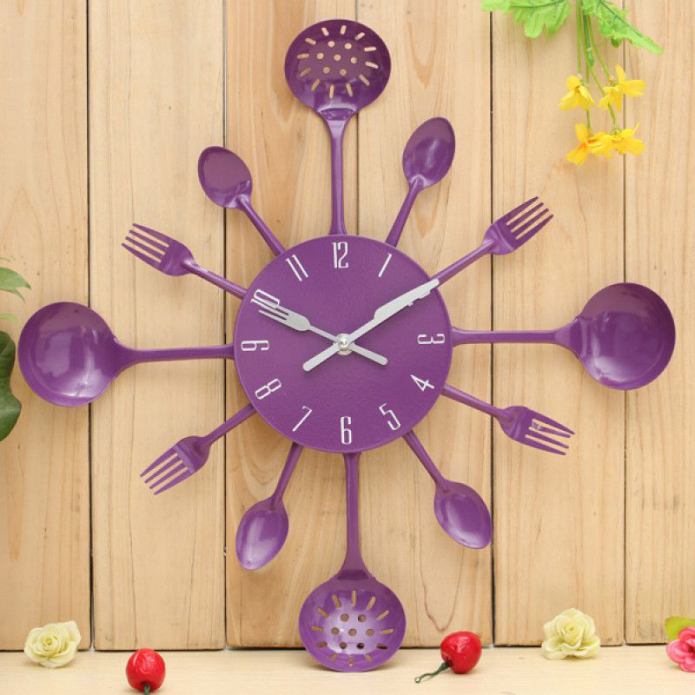 Часы, декорированные столовыми приборами