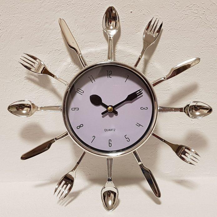 Часы в рамке из столовых приборов