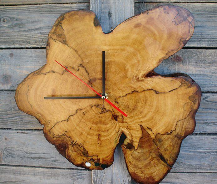Оригинальные часы из среза дерева