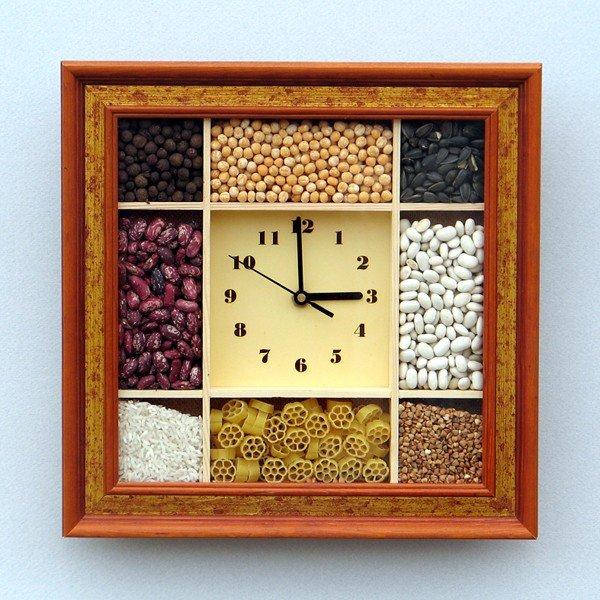 Часы в оправе из сыпучих продуктов