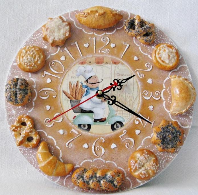 Часы, декорированные хлебными продуктами