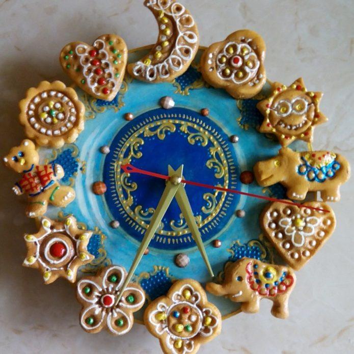 Часы, декорированные печеньем