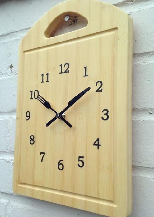 Часы из разделочной доской