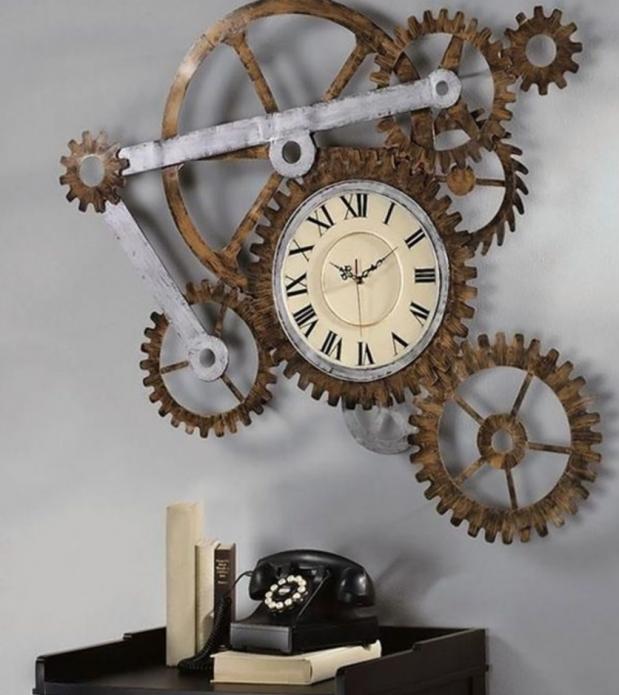 Оригинальные часы конструктивистского дизайна