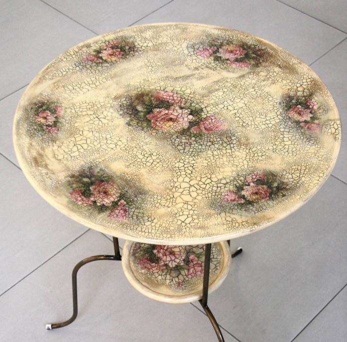 Стол, декорированный мозаикой из скорлупы