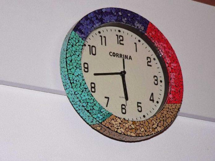 Часы, декорированные сколупой