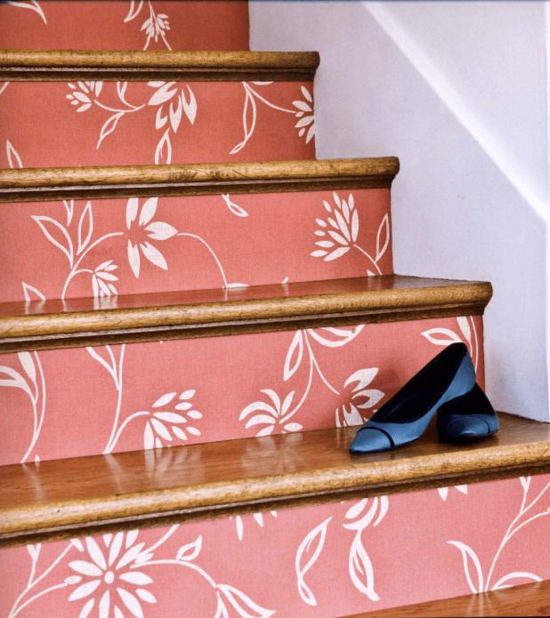 Лестница, оформленная обоями
