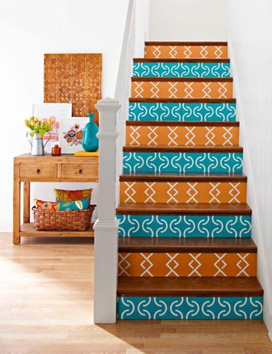 Лестница, декорированная обоями