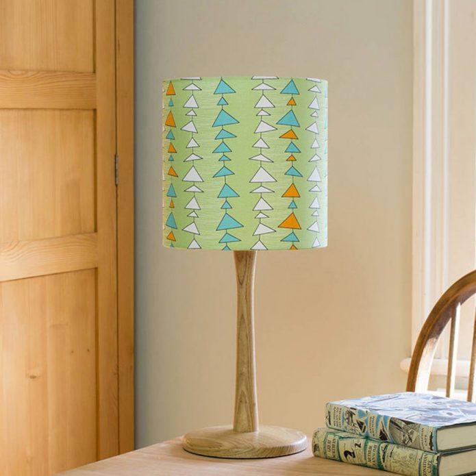 Элегантный абажур настольной лампы из обоев