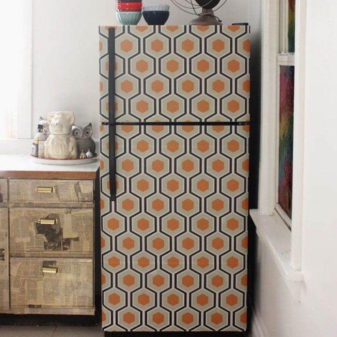 Холодильник, оклеенный обоями