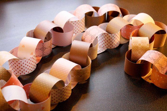 Ёлочная гирлянда, сделанная из обрезков обоев