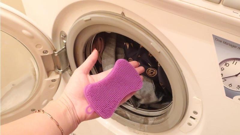 При стирке добавляю силиконовую губку в барабан: полезно для вещей и стиральной машинки