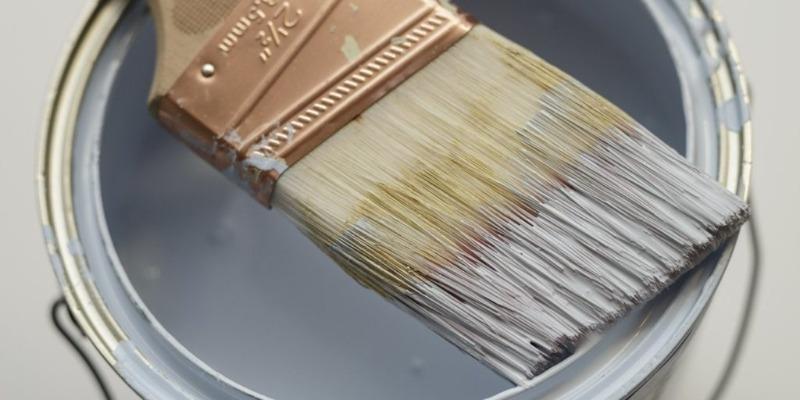 4 полезных лайфхака c малярными кисточками: чтобы покраска была более простой и чистой